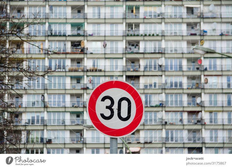 unscharf mit 30 km/h Straße Fassade authentisch Hinweisschild Wohnhochhaus Verkehrswege Plattenbau Stadthaus Verkehrszeichen Verkehrsschild Warnschild