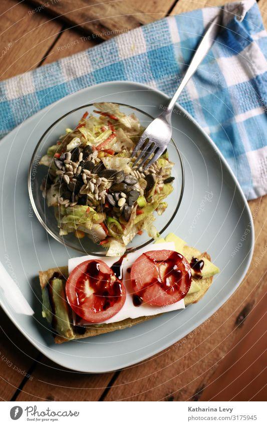 vegan essen Lebensmittel Gemüse Salat Salatbeilage Brot Ernährung Abendessen Vegetarische Ernährung Diät Slowfood Geschirr Teller Gabel Gesundheit Übergewicht