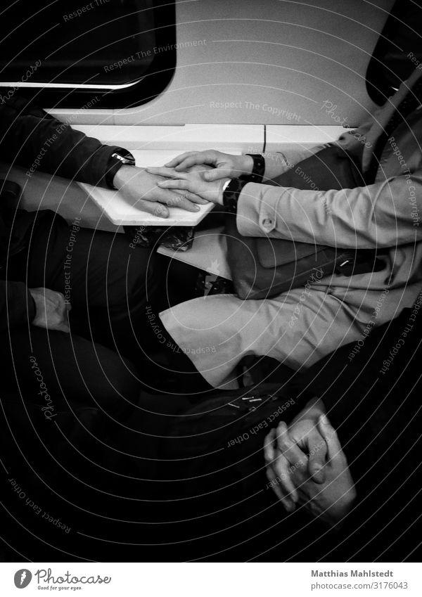 Hand in Hand Mensch maskulin feminin Arme 3 Berlin Verkehrsmittel Öffentlicher Personennahverkehr Berufsverkehr Bahnfahren Zugabteil berühren festhalten