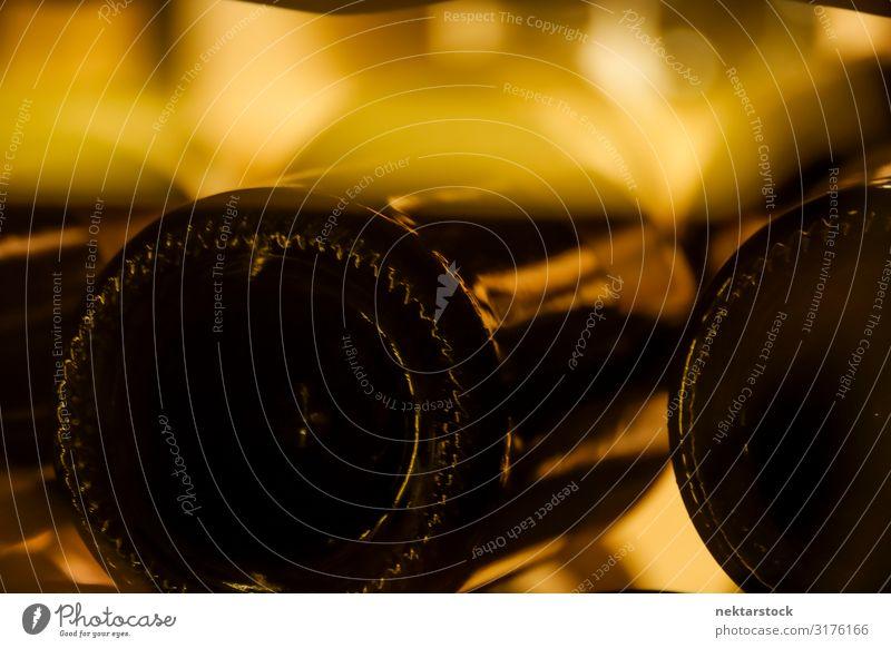 Glas Weinflasche Nahaufnahme Alkohol Flasche Farbe Fokus auf den Vordergrund im Innenbereich Inszenierung Lager Glanz Licht gold lügen trinken Makroaufnahme