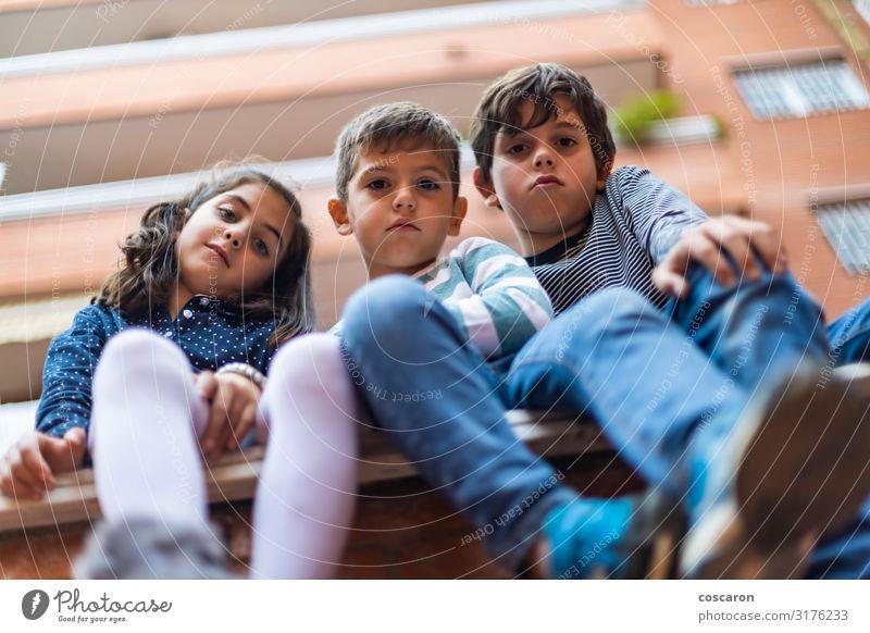 Drei böse Jungs sitzen in der Nachbarschaft Lifestyle Freude Glück schön Ferien & Urlaub & Reisen Sommer Häusliches Leben Hausbau Kind Schule Schulgebäude