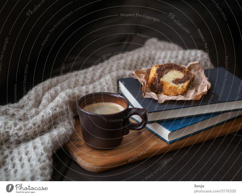 Kaffeepause mit Kuchen Lebensmittel Kaffeetrinken Getränk Heißgetränk Tasse Lifestyle Häusliches Leben Sofa Wolldecke Buch Duft Erholung retro Stimmung