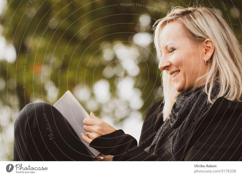 Leserin im Freien lesen Mensch feminin Frau Erwachsene 1 45-60 Jahre blond langhaarig Buch lachen Fröhlichkeit Stimmung Vorsicht Gelassenheit ruhig fleißig