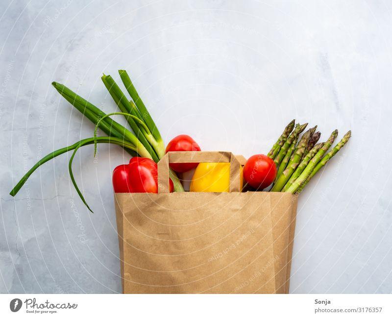 Frisches buntes Gemüse in einer Papiertüte Lebensmittel Spargel Tomate Lauchgemüse Paprika Ernährung Bioprodukte Vegetarische Ernährung Diät Fasten Lifestyle