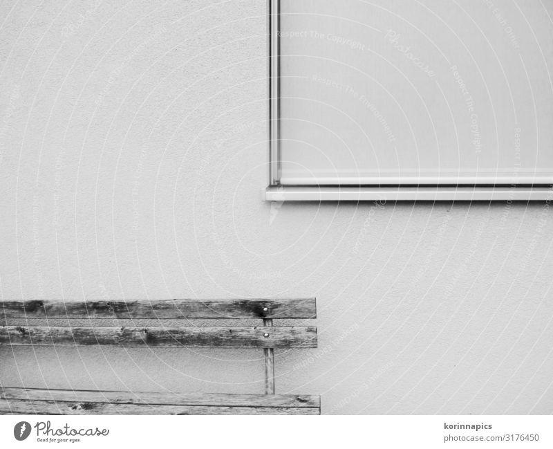 Leere Bank Menschenleer Mauer Wand Fenster Holz sitzen schwarz weiß ruhig ästhetisch Erwartung geheimnisvoll komplex Langeweile Ordnung Vergänglichkeit
