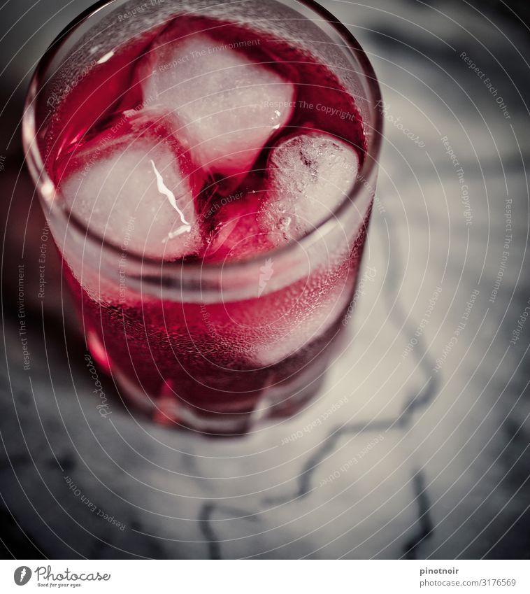 drink pink Getränk Erfrischungsgetränk Spirituosen Longdrink Cocktail Glas Nachtleben Bar Cocktailbar ausgehen trinken Feste & Feiern genießen kalt rosa rot Gin