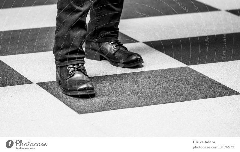 Im Quadrat Design Schach Hamburg Bodenbelag Hose Schuhe Stiefel stehen einfach schwarz weiß Zusammenhalt Schuhbänder Schwarzweißfoto Innenaufnahme Nahaufnahme