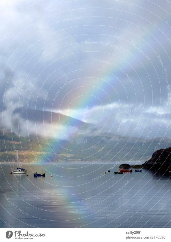 wenn der Regenbogen sich im Wasser spiegelt... See Meer Loch Schottland regenbogenfarben Boot Spielelung Reflexion & Spiegelung Natur Landschaft Bucht Boje