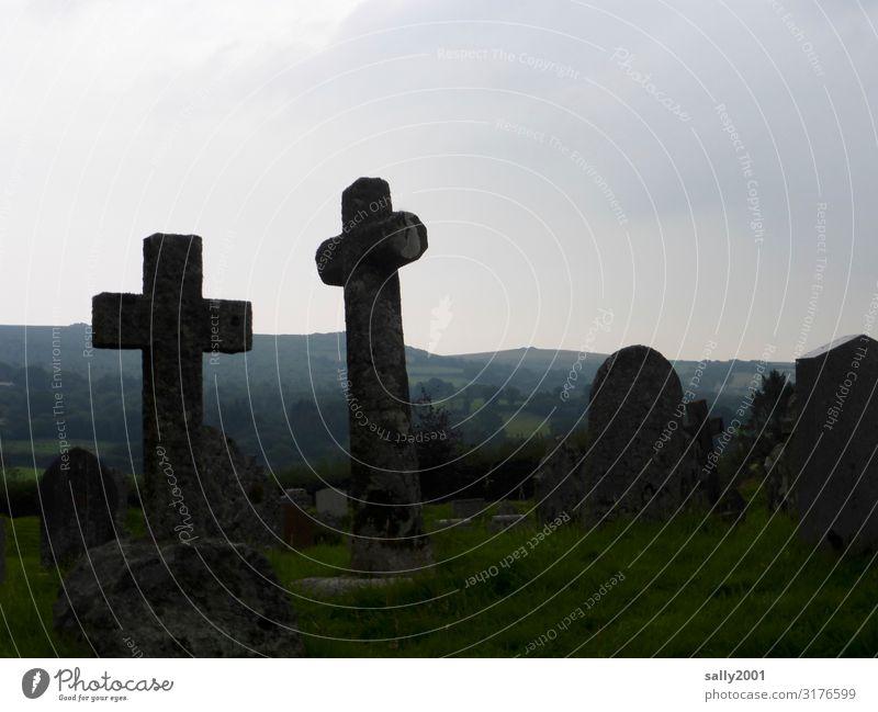 friedlich... Friedhof Grabstein Kreuz Symbol Stein Steinkreuz Tod Trauer Glaube Christliches Kreuz Traurigkeit Friede Ruhe ruhig Religion & Glaube Grabmal