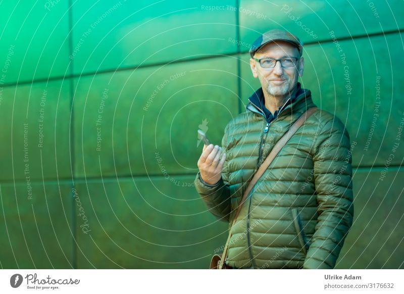 Ganz in Grün Handy Mensch maskulin Mann Erwachsene 1 45-60 Jahre Jacke Brille Hut Blick stehen trendy grün Freude Coolness Erfolg Leben Business Farbe kompetent
