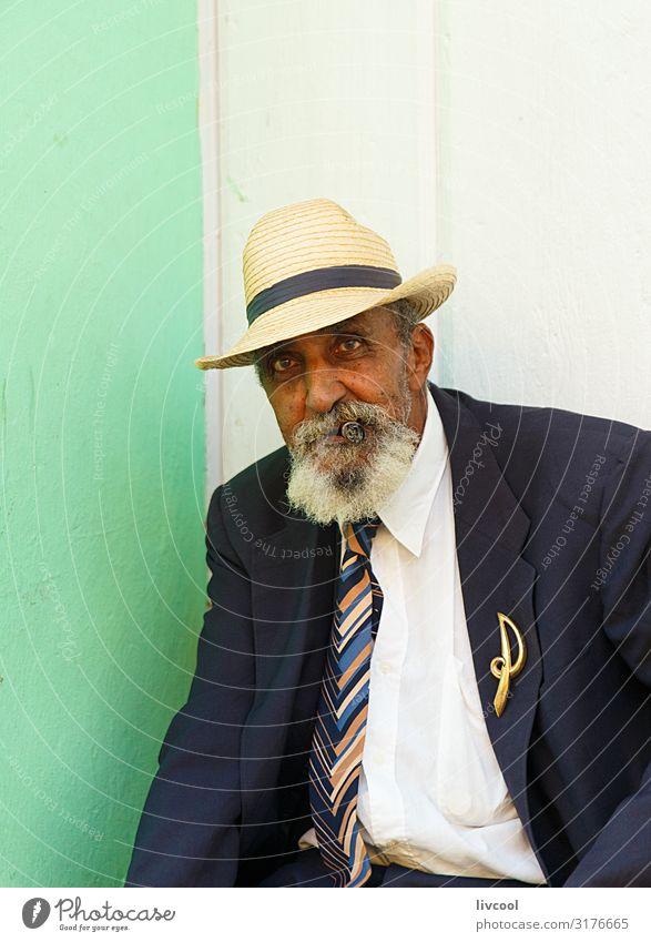 eleganter alter Mann, der eine Zigarre raucht, trinidad - Kuba Lifestyle Glück Leben Insel Mensch Erwachsene Männlicher Senior Großvater Körper Kopf Gesicht