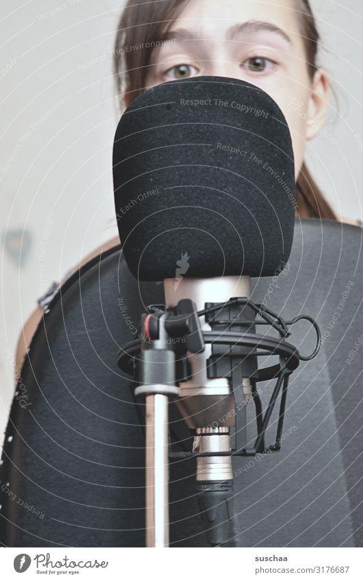 achtung aufnahme Jugendliche Mädchen Gesicht Auge sprechen Freizeit & Hobby Technik & Technologie Kabel Konzentration Gerät Mikrofon singen Gesang Stimme