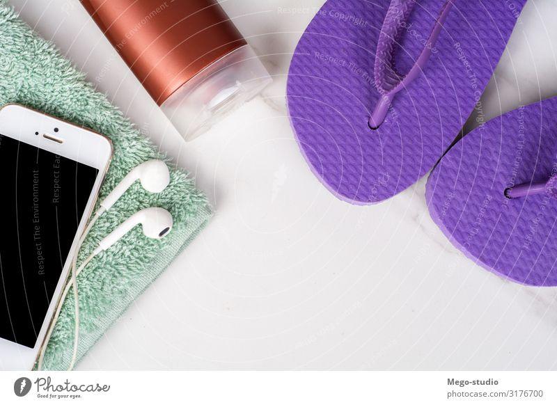 Smartphone, Flip-Flops, Sonnencreme und Handtuch. Erholung Ferien & Urlaub & Reisen Tourismus Sommer PDA Natur Mode Accessoire Flipflops Hausschuhe einfach heiß