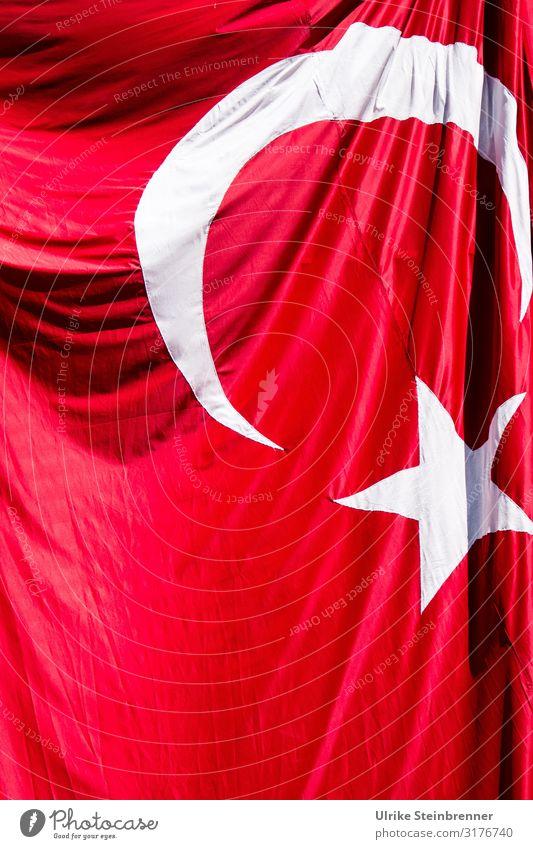 Faltenwurf Zeichen fallen hängen rot weiß Politik & Staat Fahne Halbmond Stern (Symbol) Türkei Nationalitäten u. Ethnien Symbole & Metaphern Hautfalten flattern
