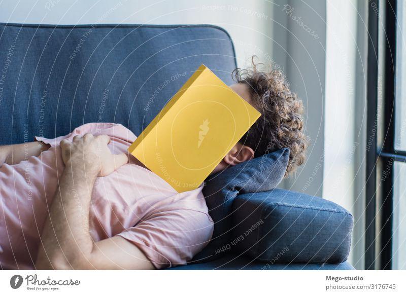 Mann schläft auf Sofa mit Buchdeckel im Gesicht Lifestyle Stil Glück Erholung Freizeit & Hobby lesen Haus Business Mensch Erwachsene schlafen weiß Müdigkeit