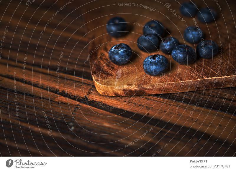 Blaubeeren auf einem Schneidebrett aus Holz Lebensmittel Frucht frisch Gesundheit lecker natürlich rund blau braun genießen Ernährung Foodfotografie Farbfoto