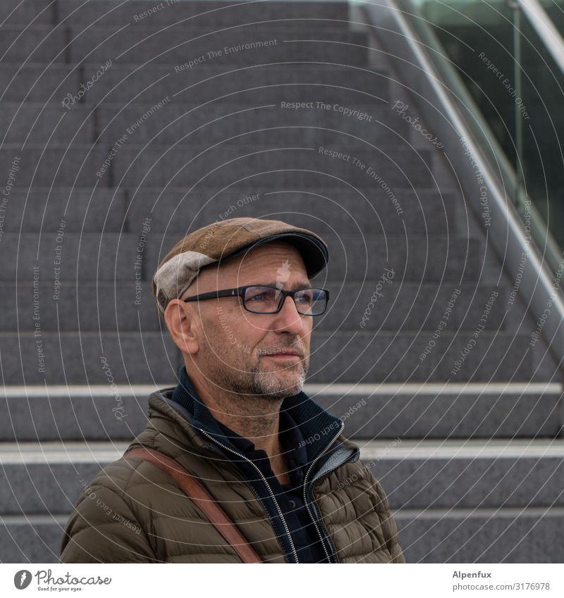 Mann vor Treppe | UT HH19 Mensch Erwachsene Business Zufriedenheit maskulin elegant 45-60 Jahre ästhetisch Erfolg Lebensfreude Zukunft Coolness Neugier