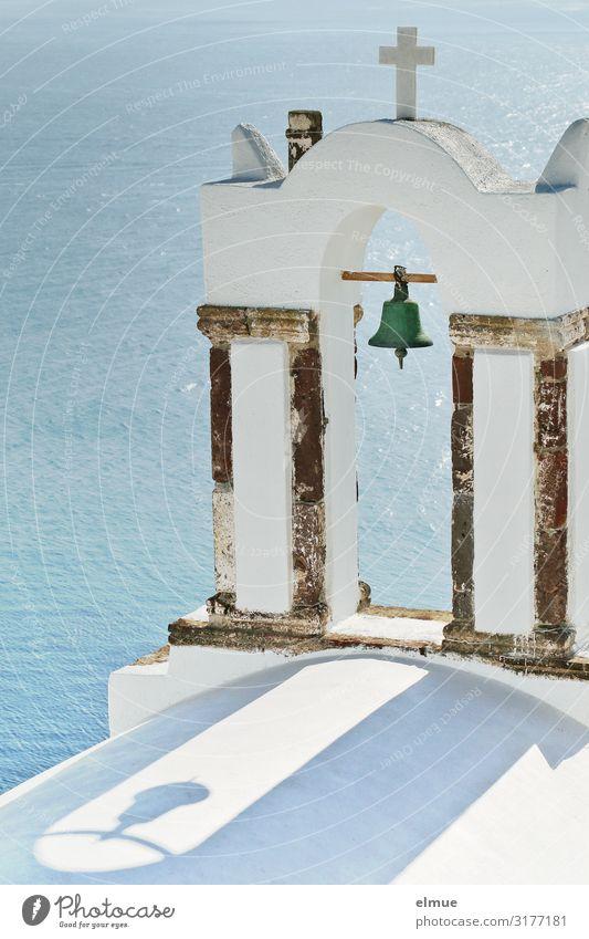 Schattenspiel Griechenland Santorin Mittelmeer Dorf Kirche Glocke Glockenturm Christliches Kreuz hängen einfach historisch blau weiß Zufriedenheit Kraft