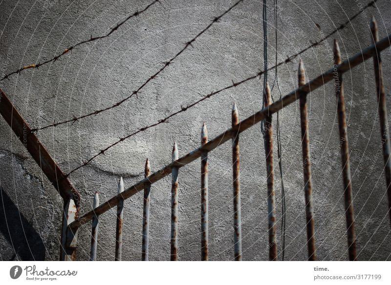 Geschichten vom Zaun (IV) | Weltschmerz Lissabon Mauer Wand Stacheldraht Rost Draht Spitze Stein Metall Linie Streifen Netzwerk historisch grau Sicherheit