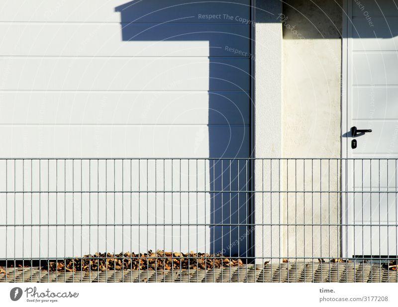 Geschichten vom Zaun (XIII) Stadt Haus Einsamkeit Wand Mauer Stein Stimmung Design Linie Metall Tür einfach Schutz Sicherheit Zusammenhalt Netzwerk