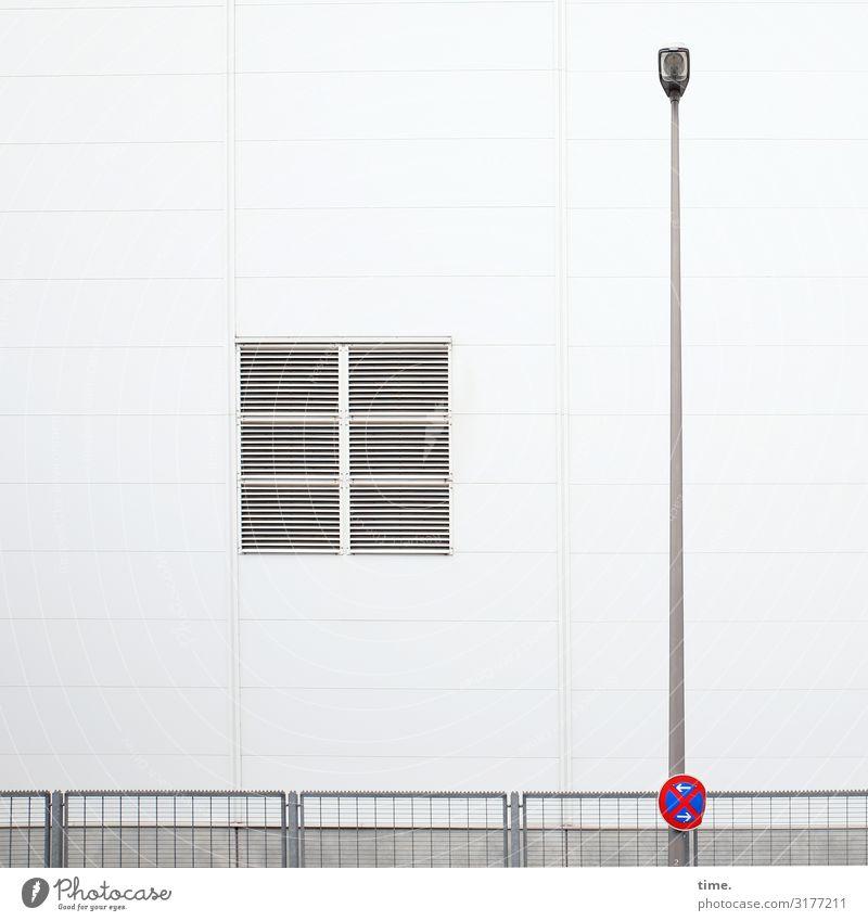 Geschichten vom Zaun (XVII) Mauer Wand Fassade Fenster Laternenpfahl Straßenbeleuchtung Parkverbot Stein Beton Zeichen Schilder & Markierungen Hinweisschild