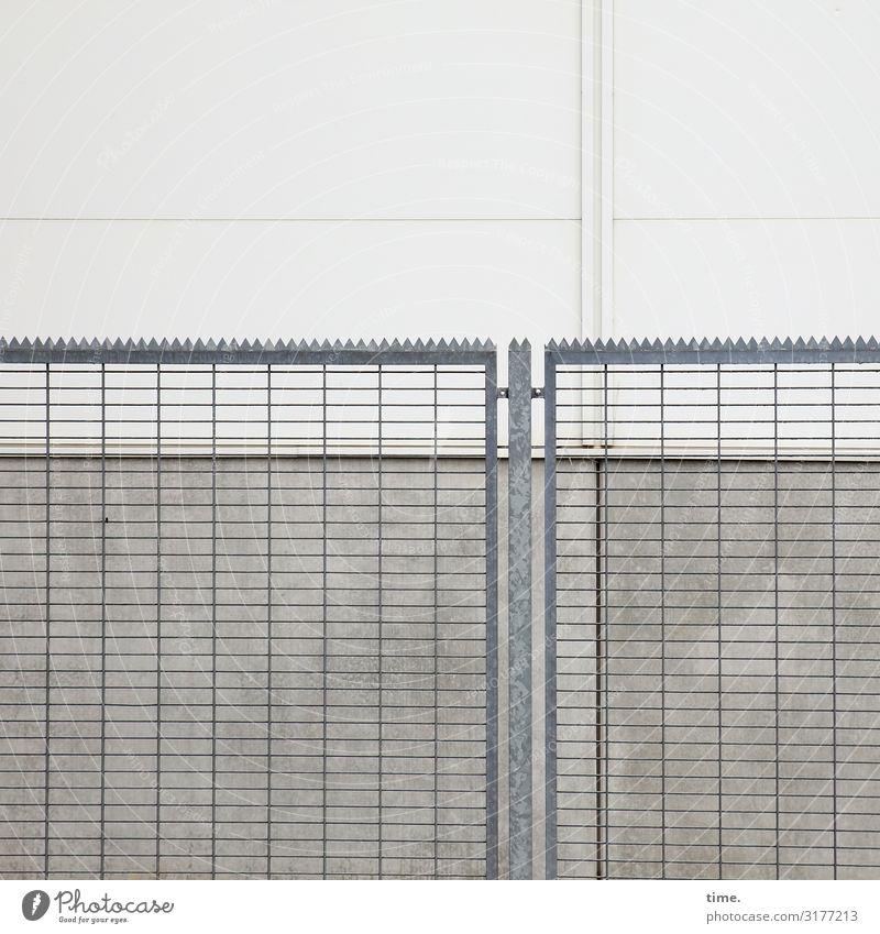 Geschichten vom Zaun (II) Messehalle Gebäude Architektur Mauer Wand Zacken Gitter Stein Beton Metall Stahl Linie grau Sicherheit Schutz standhaft Design komplex
