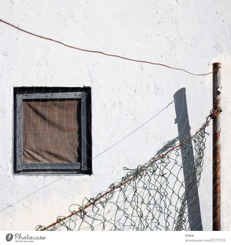 Geschichten vom Zaun (VIII) Haus Hütte Bauwerk Gebäude Mauer Wand Fenster Zaunpfahl Maschendraht Maschendrahtzaun Draht Stahlkabel Metall Linie hell kaputt
