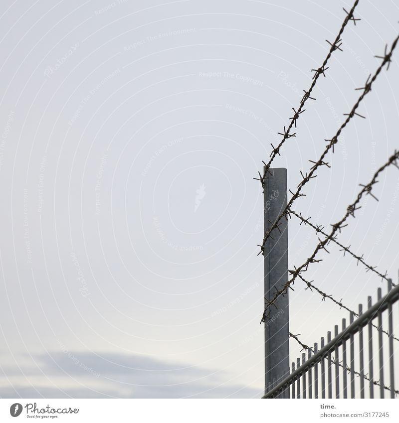 Geschichten vom Zaun (XVI) Himmel Wolken Zaunpfahl Stacheldraht Spitze Metall Linie dunkel gruselig Sicherheit Schutz Wachsamkeit Ausdauer standhaft