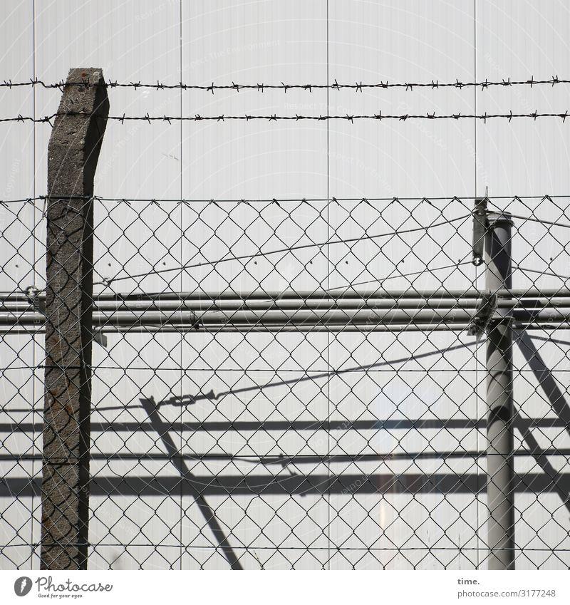 Geschichten vom Zaun (XII) Industrieanlage Mauer Wand Zaunpfahl Maschendraht Maschendrahtzaun Stacheldrahtzaun Beton Metall Linie gruselig grau Sicherheit