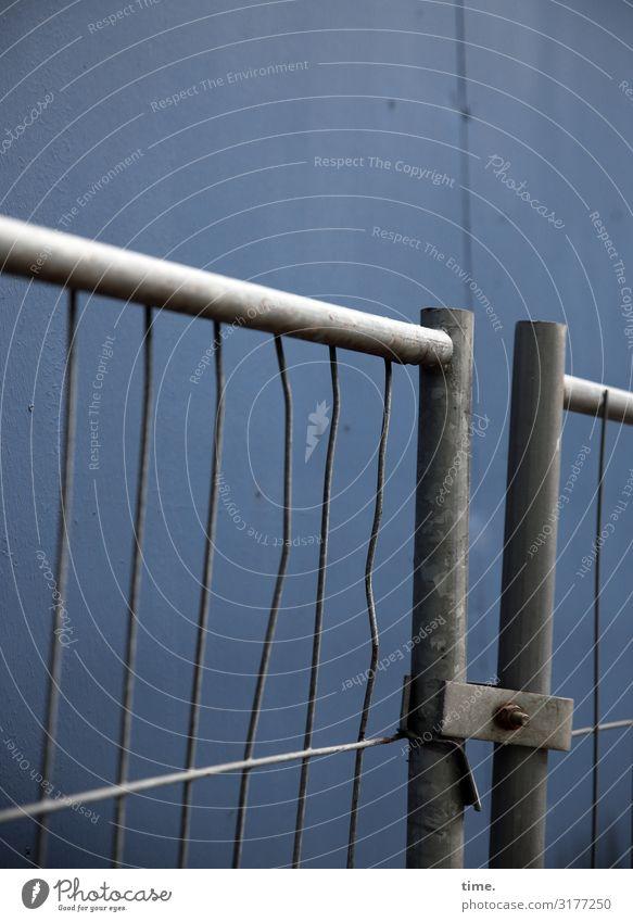 Geschichten vom Zaun (XIV) Mauer Wand Bauzaun Stein Metall Stahl Linie alt dunkel kaputt trashig Stadt Sicherheit Schutz Ausdauer standhaft Ordnungsliebe