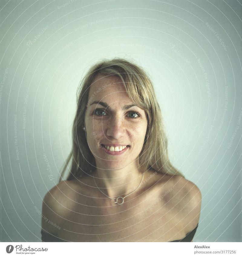 Rechteckiges Portrait einer Frau Stadt schön Freude Gesicht Erwachsene Leben natürlich feminin Glück Stil blond Lächeln ästhetisch Fröhlichkeit authentisch