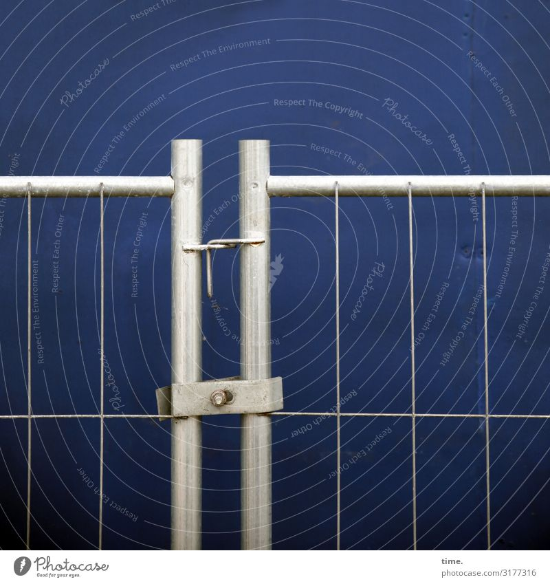 Geschichten vom Zaun (I) Baustelle Handwerk Mauer Wand Bauzaun Gitter Pferch Metall Linie dunkel einfach blau grau Sicherheit Schutz Ausdauer standhaft