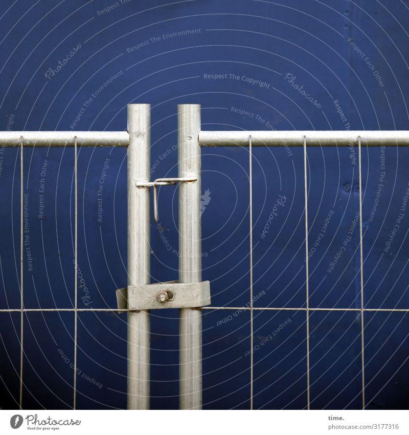 Geschichten vom Zaun (I) blau Stadt dunkel Wand Mauer grau Linie Metall Ordnung geschlossen einfach Baustelle planen Zusammenhalt Konzentration
