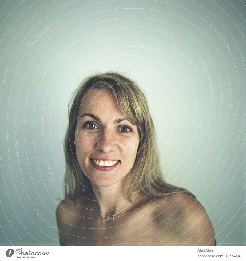 Rechteckiges Portrait eine Frau mit Sommersprossen Stil Freude schön Leben harmonisch Erwachsene Gesicht 30-45 Jahre Schmuck blond langhaarig Vignettierung