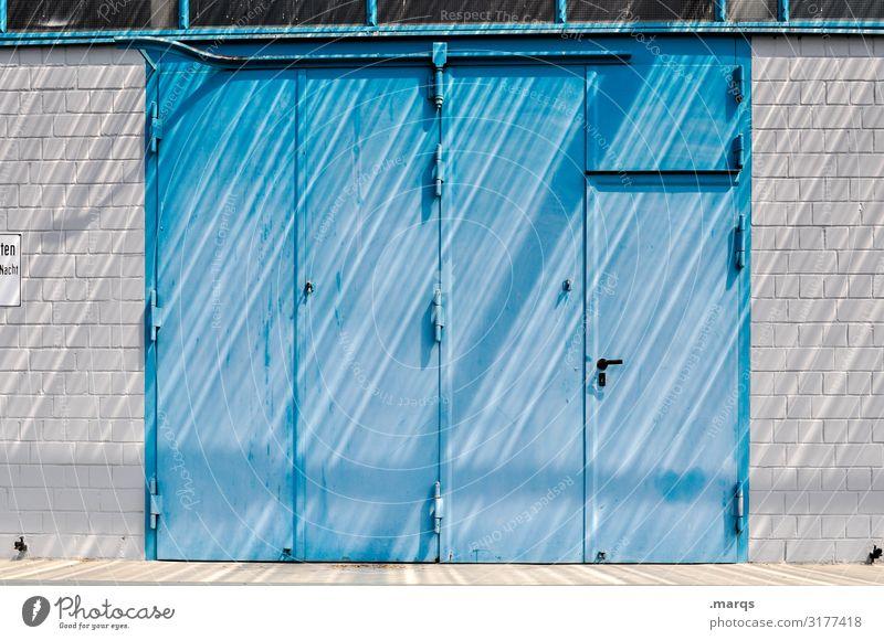 Beschattung Mauer Wand Tür Schatten industriell Eingang Metall Backsteinwand Linie blau weiß Farbe Stil Farbfoto Außenaufnahme Menschenleer Textfreiraum Mitte