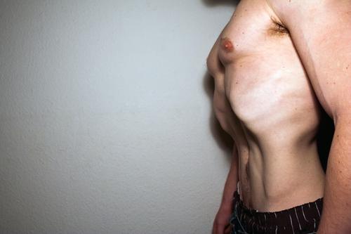 Bauch verloren maskulin Mann Erwachsene Körper 1 Mensch Wand dünn muskulös nackt Gesundheit Gesundheitswesen Diät Farbfoto Innenaufnahme Textfreiraum links