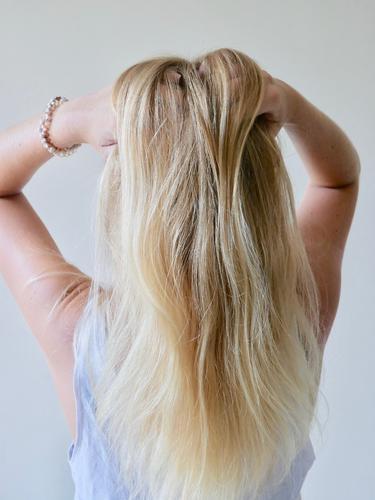 Natürlich blond Frau Mensch Jugendliche schön Erotik 18-30 Jahre Erwachsene natürlich feminin Stil Haare & Frisuren Zufriedenheit Körper frisch gold glänzend