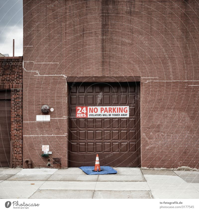 Kein Parken vor der Schokoladenfabrik? Tafelschokolade New York City Stadt Menschenleer Haus Fabrik Bauwerk Gebäude Mauer Wand Fassade Tür Garagentor Verkehr