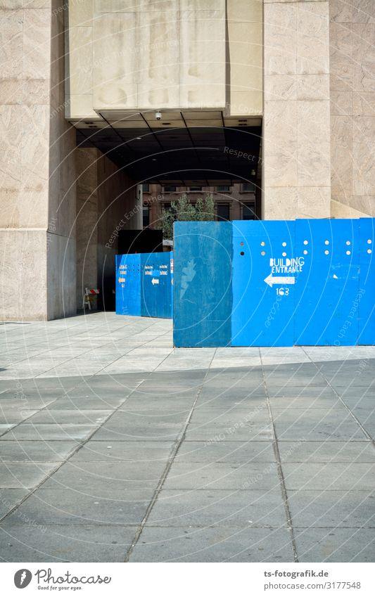 Der blaue Zaun geht in sein Traumhaus rein New York City Harlem Stadtzentrum Haus Hochhaus Platz Bauwerk Gebäude Architektur Mauer Wand Fassade Eingang