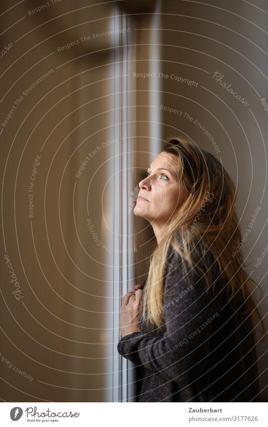 Licht-Blick feminin Frau Erwachsene 1 Mensch 30-45 Jahre Pullover brünett langhaarig Fensterrahmen Denken träumen warten braun weiß Neugier Hoffnung Traurigkeit