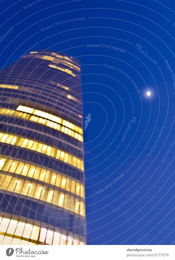 BILBAO, SPANIEN - 30. MÄRZ Büro Kapitalwirtschaft Business Himmel Skyline Hochhaus Gebäude Architektur Fassade Straße Stahl hoch modern neu blau Basken Bilbao