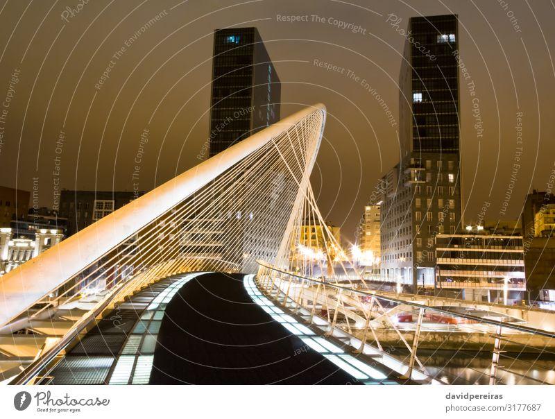BILBAO, SPANIEN - APRIL 02 Büro Kapitalwirtschaft Business Himmel Fluss Skyline Hochhaus Brücke Gebäude Architektur Fassade Straße hoch modern neu weiß Arata