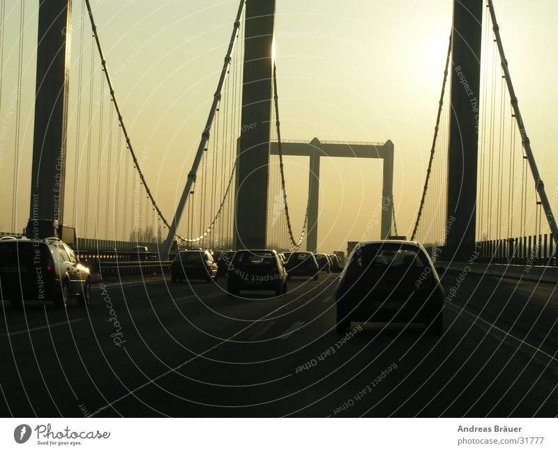 Die Brücke Köln Gegenlicht Autobahn Bauwerk Stahl Säule Verkehr fahren Feierabend Nordrhein-Westfalen Pendler Berufsverkehr Alfa Rome Bücke Rodenkirchen Rhein