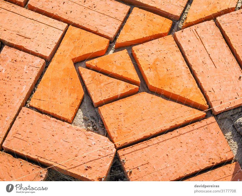 Orangefarbene Ziegelpflastersteine im Bauprozess Arbeit & Erwerbstätigkeit Beruf Werkzeug Sand Gebäude Architektur Terrasse Wege & Pfade Stein Beton rot