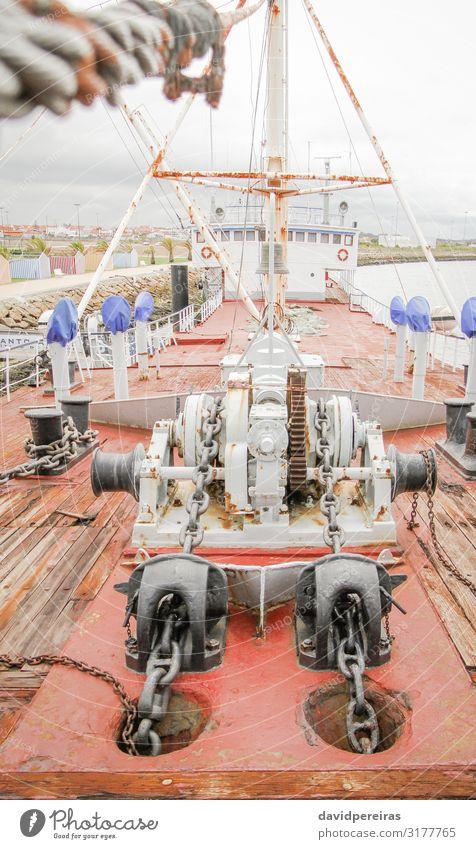 Schiffsdeck mit Motorankern Ferien & Urlaub & Reisen Park Wasserfahrzeug Stahl Linie alt maritim stark Energie Anker anketten Bohrung Gerät Formular weitergeben