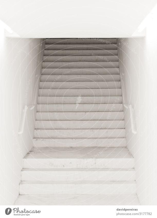 Geheimnisvolle Treppe Gebäude modern schwarz weiß Architektur Eingang Saal linear Leuchtkraft einsiedlerisch Quadrat Treppenhaus Freitreppe Stadtszene