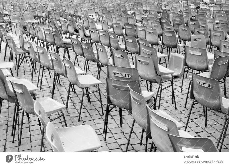 Stühlen unordentlich auf Platz Ferien & Urlaub & Reisen Tourismus Party Veranstaltung Musik Feste & Feiern Sehenswürdigkeit sitzen grau Stuhl Theater Publikum