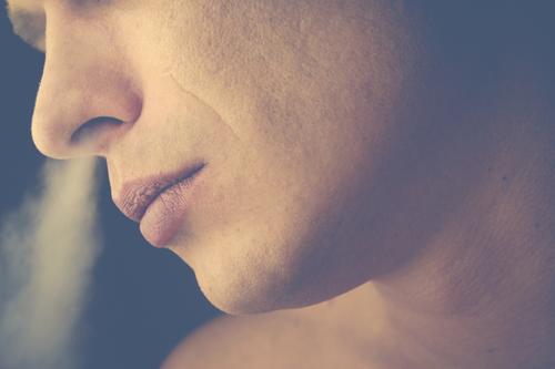 Portrait rauchen Zigaretten Haut Nähe sensibel Gesundheit Lifestyle Gesundheitswesen Rauchen Mensch maskulin Mann Erwachsene Leben Gesicht Sehnsucht Einsamkeit