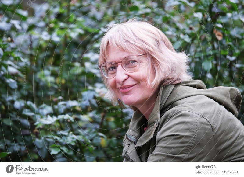 Naturverbunden | UT HH19 Frau Erwachsene Weiblicher Senior Leben Mensch 45-60 Jahre 60 und älter Garten Park Brille blond Pony Lächeln natürlich positiv Glück