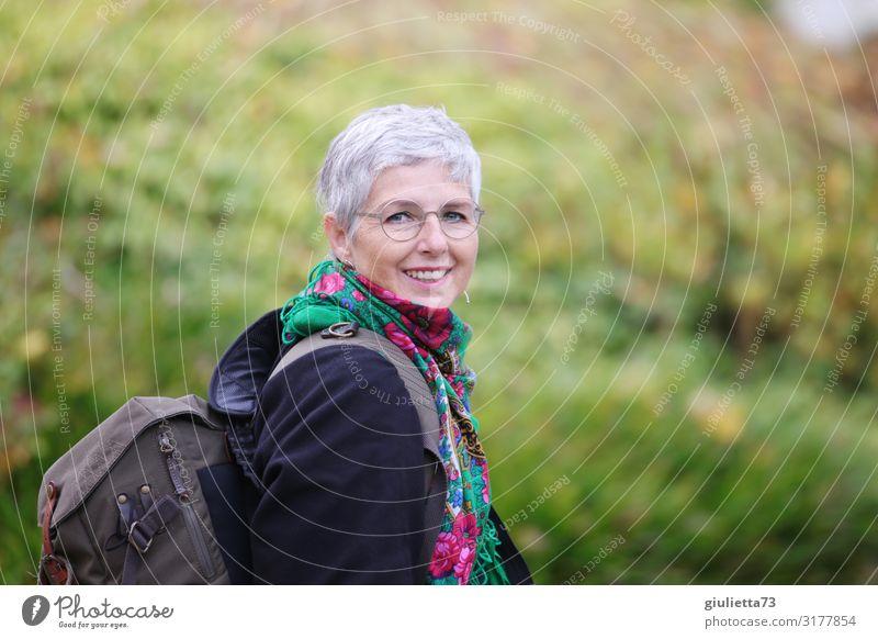 Glück finden wir auf dem Weg, nicht am Ziel | UT HH19 Frau Erwachsene Weiblicher Senior Leben Mensch 45-60 Jahre 60 und älter Park Brille Rucksacktourismus